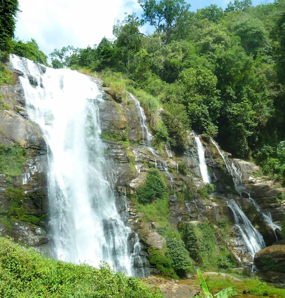 """Der erste Wasserfall """"Washiratan"""" nach dem Eingang"""
