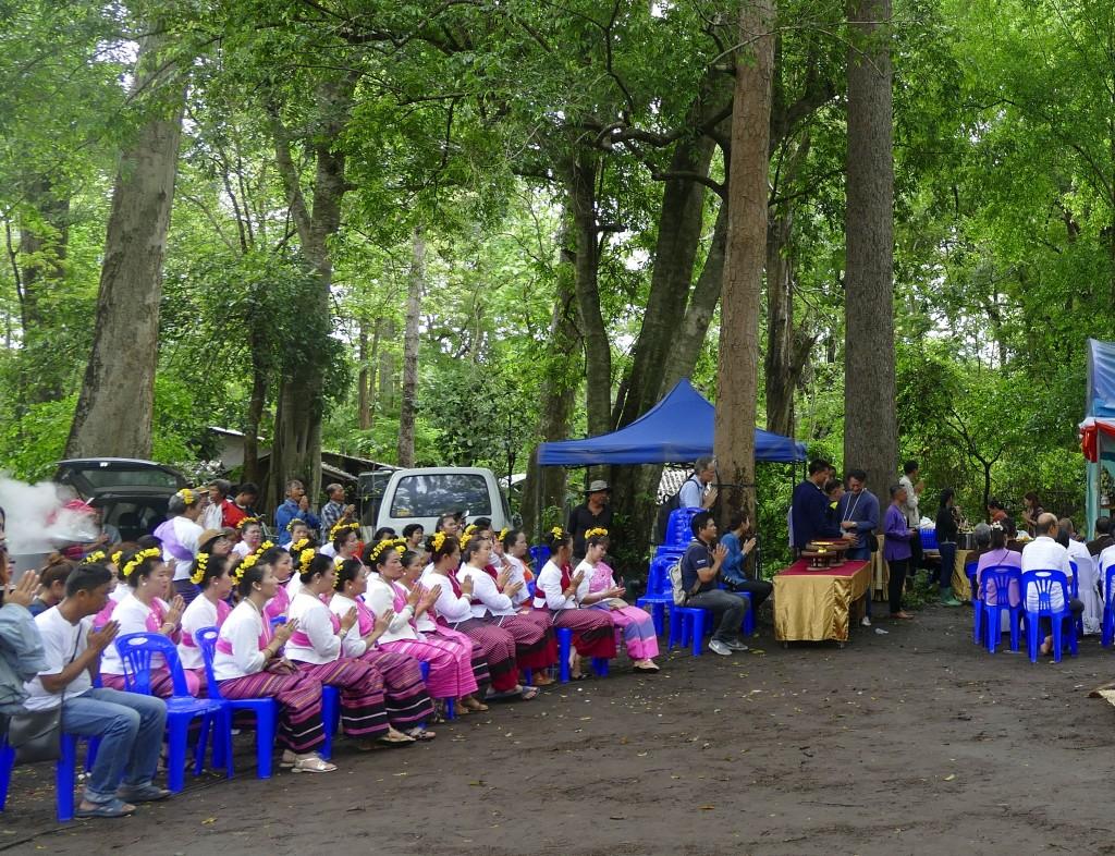 27 Tänzerinnen symbolisieren die Töchter des gigantischen Geisterpaares. Sie sollen die beiden gnädig stimmen.